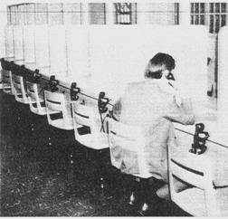 XVII. Επισκεπτήρια σχεδιασμένα για επισκέψεις κλειστού τύπου σε φυλακές των ΗΠΑ. Η επικοινωνία μεταξύ κρατουμένων και επισκεπτών γίνεται είτε μέσω μικρών οπών είτε με τη βοήθεια τηλεφωνικών συσκευών.