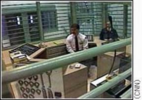ΧΧΧ. Ο κεντρικός θάλαμος ελέγχου σύγχρονης φυλακής απομόνωσης στις ΗΠΑ.