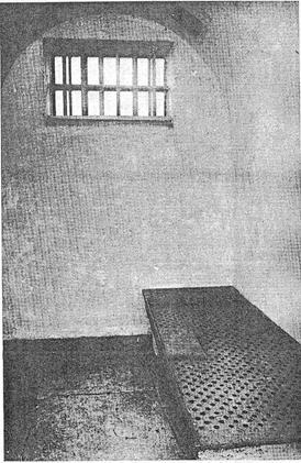 ΧΧΧIX. Το εσωτερικό ενός κελιού της μικρής Φυλακής του Northleach, του William Blackburn. Το τυπικό κελί για τον εγκλεισμό των κρατούμενων τη νύχτα που σχεδίαζε ο Blackburn ήταν θολωτό, ασβεστωμένο άσπρο, δεν περιείχε τίποτα ξύλινο και είχε διαστάσεις από 2,7 επί 2,5   μέτρα έως 2,2 επί 1,8 μέτρα. Το μοναδικό του εξάρτημα ήταν το κρεβάτι.
