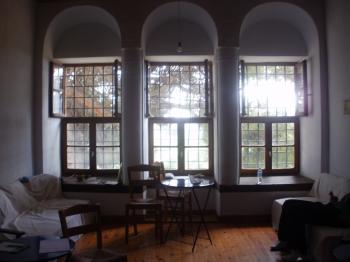 Άποψη του εσωτερικού του Ξενώνα Στάμου Στούρνα