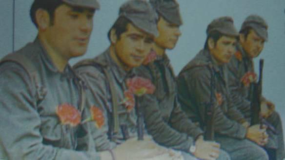 Οι στρατιώτες των M.F.A., με τα γαρύφαλλα στις κάννες των όπλων. Ο κόσμος ελπίζει σε μια καλύτερη ζωή, μέσα από αυτή την κίνηση.