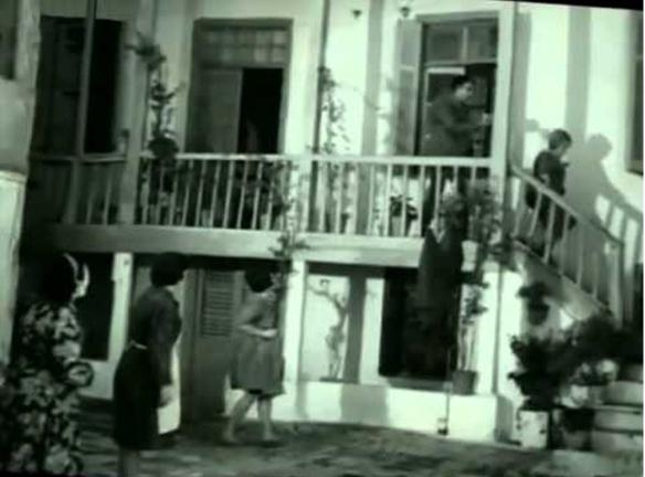 """Το 1965 η αυλή μετατράπηκε σε πλατώ που στέγασε τον κινηματογραφικό θρύλο των """"Κοκοβίκων"""" στην ταινία του Γιώργου Τζαβέλλα """"Η δε γυνή να φοβήται τον άνδρα""""."""