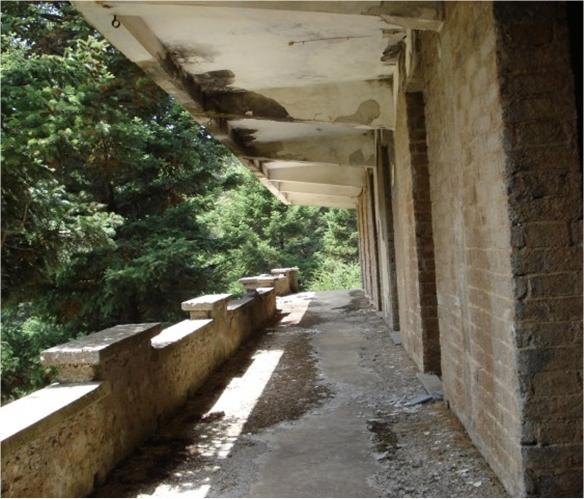 Μοναδικό δείγμα νοσοκομειακής αρχιτεκτονικής του μεσοπολέμου, χτισμένο με ντόπια γκρίζα ασβεστολιθική πέτρα