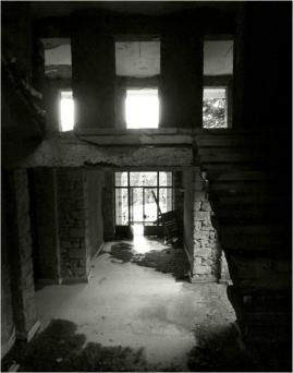 """Φωτογραφίες από τη σημερινή κατάσταση του κτίσματος (από την ιστοσελίδα """"γραφές αρκαδικού φωτός"""")"""