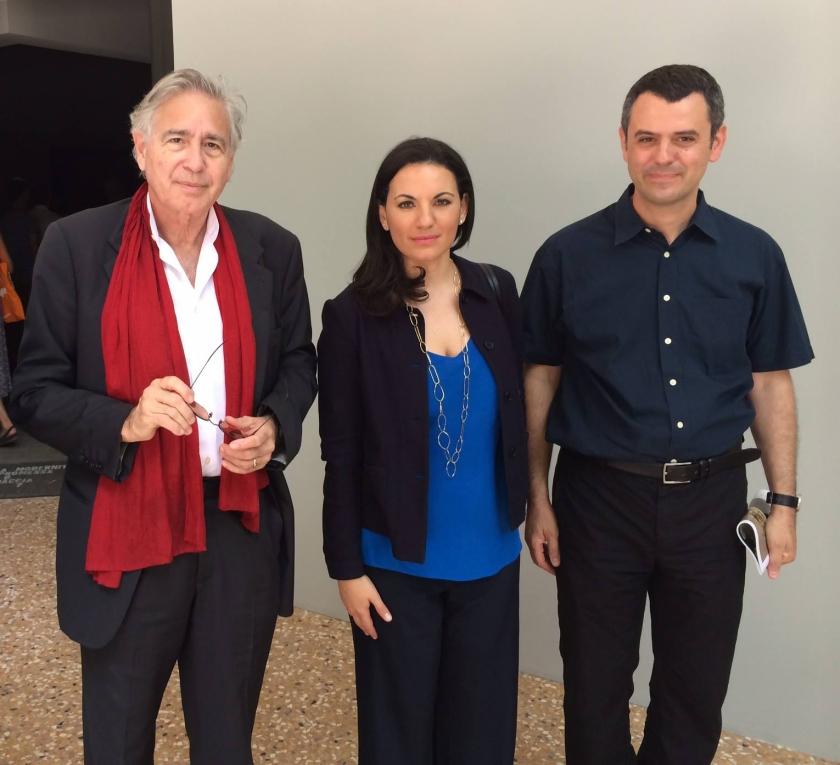 Ο αρχιτέκτονας του Μουσείου της Ακρόπολης Bernard Tschumi, η τότε υπουργός τουρισμού Όλγα Κεφαλογιάννη και ο εθνικός επίτροπος της ελληνικής συμμετοχής Γιάννης Αίσωπος